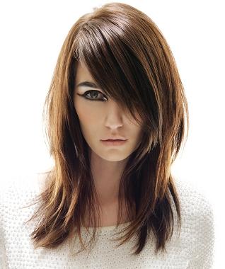 прическа с косой челкой на средние волосы
